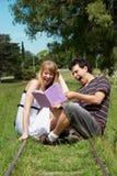 Istituto universitario o studenti universitari che studia all'aperto Fotografia Stock