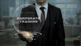 Istitutore di professione che presenta concetto di formazione corporativo con l'ologramma sulla sua mano video d archivio