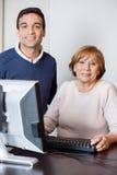 Istitutore felice And Senior Woman nel laboratorio del computer Fotografia Stock