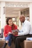 Istitutore To Discuss Work di Having Meeting With dello studente di college immagine stock