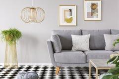 Istna fotografia żywy izbowy wnętrze z złocistymi plakatami na wa zdjęcia royalty free