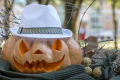Istna pomarańczowa Halloween bania z cyzelowaniem zdjęcia stock