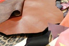 Istna skóra w dużo barwi rzemiosło sklepu produkcję rzemienni dziąsła fotografia stock