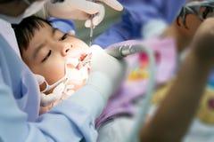 Istna wydarzenie fotografia, Śliczny mały azjatykci chłopiec obsiadanie w stomatologicznym ch Zdjęcia Royalty Free
