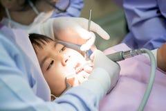 Istna wydarzenie fotografia, Śliczny mały azjatykci chłopiec obsiadanie w stomatologicznym ch Zdjęcia Stock