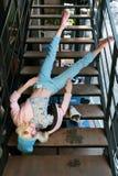 Istni dziewczyn spojrzenia jak Barbie lala w sklepie są na sprzedaży Dziewczyn fals od schodków ubierali w pastelowych błękitnych Obrazy Royalty Free