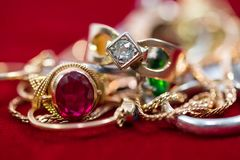 Istni złociści pierścionki z diamentami, klejnoty, łańcuch zamknięty w górę strzału zdjęcie royalty free
