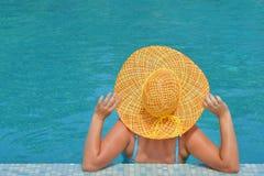 Istny żeński piękno relaksuje w pływackim basenie Obrazy Royalty Free
