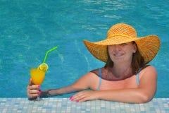 Istny żeński piękno relaksuje w pływackim basenie Fotografia Royalty Free