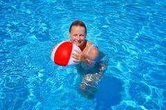 Istny żeński piękno relaksuje w pływackim basenie zdjęcia stock