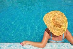 Istny żeński piękno relaksuje w pływackim basenie obrazy stock