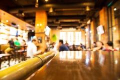 Istny drewno stół z lekkim odbiciem na scenie przy restauracją, pu obrazy royalty free