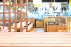 Istny drewno stół z lekkim odbiciem na scenie przy restauracją, pubem lub barem przy nocą, fotografia stock