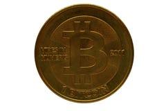 Istny fizyczny bitcoin odizolowywający przeciw białemu tłu zdjęcie royalty free