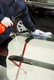 Istny mechanik pracuje w Auto Remontowym sklepie Obrazy Royalty Free