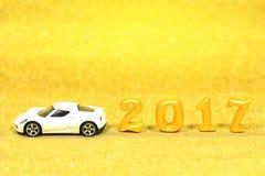 2017 istnych 3d przedmiotów na złocistym błyskotliwości tle z białym samochodem modelują Obrazy Stock