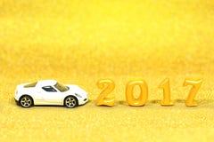 2017 istnych 3d przedmiotów na złocistym błyskotliwości tle z białym samochodem modelują Zdjęcia Royalty Free