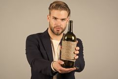 Isto é para você Aspectos sociais e culturais de beber O terno formal do homem de negócios dá boas-vindas seguramente ao fundo ci foto de stock royalty free