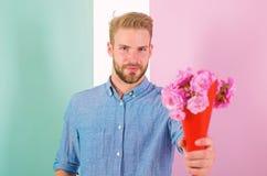 Isto é para você macho dá flores como o presente romântico Flores seguras do ramalhete das posses do noivo Homem pronto para româ fotos de stock