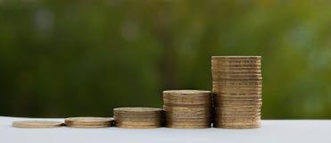Istogramma delle monete su un fondo verde Concetto di crescita di valuta Fotografia Stock Libera da Diritti