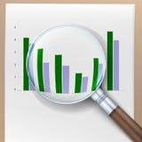 Istogramma di crescita dietro una lente d'ingrandimento Fotografia Stock