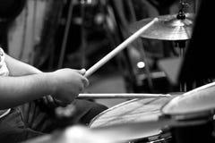 Istot ludzkich ręki bawić się bębenu zestaw Fotografia Royalty Free
