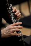 Istot ludzkich ręki bawić się klarnet fotografia royalty free