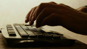 Istot ludzkich ręki pisać na maszynie na klawiaturze Obrazy Stock