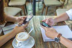 Istot ludzkich ręki używać smartphone obraz stock