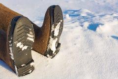 Istota ludzka iść na piechotę w ciepłych filc butach na stronie śnieg Miejsce kopiować informację o frostbite lub wypadek w zimie obrazy stock