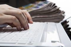 Istota ludzka palce na klawiaturze zdjęcia stock