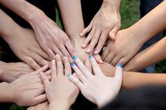 Istota ludzka w pracy zespołowej ręce Fotografia Stock