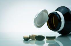 Istotne witamin, kopalin nadprogramów warstwy pastylki podwójne pigułki i Zdjęcie Stock
