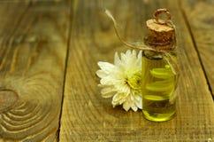 Istotnego oleju i kwiatu rocznika butelka Fotografia Stock