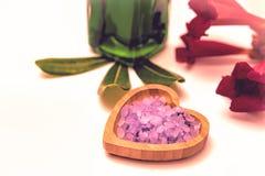 Istotnego oleju zdroju traktowanie Błękita blask świecy na w i kwiaty fotografia royalty free