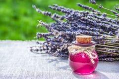 Istotny olej i organicznie lawenda alternatywna wanny bambusa biloba rzeczy ginkgo leków, tray w spa Pożytecznie lawenda i 3d nap Obrazy Stock