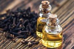 Istotny olej w szklanej butelce i susi cloves na ciemnej drewnianej tło kopii interliniujemy piękna traktowanie Fragrant olej clo fotografia royalty free