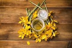 Istotny olej z żółtą gardenią kwitnie dla aromata masażu Zdjęcia Stock