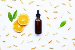 Istotny olej z cytrus owoc na bielu fotografia stock