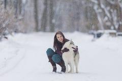 Istoty ludzkiej i zwierzęcia domowego związków pojęcia Portret Urocza Kaukaska brunetki kobieta Wraz z Jej Łuskowatym psem Zdjęcia Royalty Free