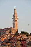 Istrian-Dorf des Ballens, Kroatien Glockenturm und buntes roofto Lizenzfreies Stockfoto