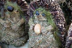 Istrice artistico fatto degli scarti di legno con una tenuta dell'uovo su PA fotografia stock libera da diritti