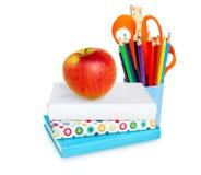 Istruisca gli strumenti, la mela, libri isolati su bianco Immagine Stock