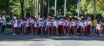 Istruisca gli studenti allineano nel palazzo di riunificazione in Ho Chi Minh, Vietnam Immagine Stock