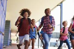 Istruisca i bambini che si dirigono alla macchina fotografica nel corridoio della scuola, fine su Fotografie Stock Libere da Diritti