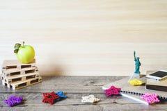 Istruisca i taccuini, le matite ed altri oggetti su fondo di legno fotografia stock