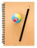 Istruisca il globo e ricicli il taccuino del mestiere su fondo bianco. Fotografia Stock Libera da Diritti