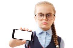 Istruisca il telefono cellulare della tenuta della ragazza con lo schermo vuoto bianco isolato su fondo bianco fotografia stock libera da diritti