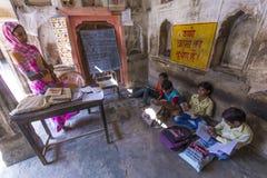 Istruisca la padrona e gli studenti in una scuola del villaggio in Mandawa, India Immagini Stock