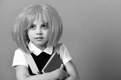 Istruisca la ragazza in parrucca con il fronte sorpreso su fondo verde Fotografie Stock